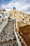 Bana in i semesterortstad av Oia, Santorini, Grekland Arkivfoto