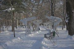 Bana i snön med bänken Arkivbilder
