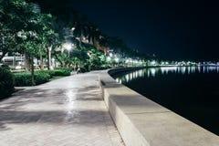 Bana längs den Intracoastal vattenvägen på natten i West Palm Beach Arkivfoton