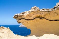 Bana längs den steniga kustlinjen på den Gozo ön i Malta Royaltyfri Fotografi