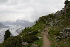 Bana med en sikt till den Aletsch glaciären, Schweiz Arkivfoton