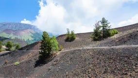 Bana mellan gamla krater av den Etna monteringen Arkivbilder