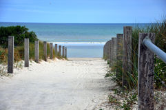 Bana ner till stranden Arkivbild