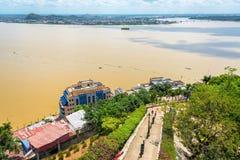 Bana och Guayas flod arkivbild