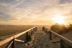 Bana på sand på solnedgången, Tarifa, Spanien royaltyfri fotografi