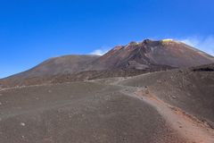 Bana runt om den Mount Etna krater Royaltyfri Bild