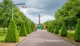 Bana som leder till monumentet för Nelson ` s i Glasgow Green Park i en molnig sommareftermiddag, Skottland royaltyfri fotografi