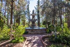 Bana som leder till springbrunnen i klosterträdgård royaltyfria bilder