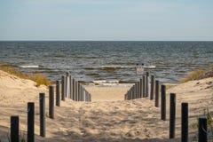 Bana som leder till stranden på Östersjön arkivfoto