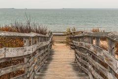 Bana som ska sättas på land med havet först som landar delstatsparken Arkivfoto