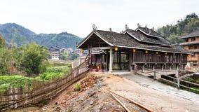 bana som spolar och som regnar bron i den Chengyang byn Arkivbilder