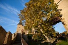 Bana till den forntida slotten Arkivfoto