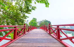 Bana till den Huc bron som spänner över den Ngoc sontemplet, Hanoi, Vietnam Royaltyfria Foton
