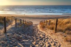 Bana till havet på solnedgången Arkivbild