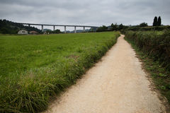 Bana till och med ängen, viadukten i bakgrunden Arkivbild