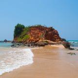 Bana till och med sanddyn på en strand på solnedgången Arkivfoto