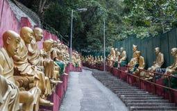 Bana till Shatin 10000 Buddha tempel, Hong Kong Royaltyfri Bild