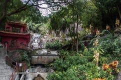 Bana till Shatin 10000 Buddha tempel, Hong Kong Royaltyfri Fotografi