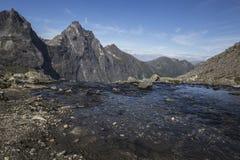Bana till Stabbeskaret-massiven, närliggande Trollstigen i Norge Fotografering för Bildbyråer