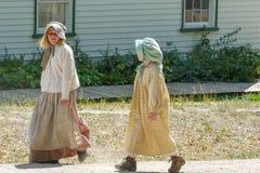 Bana väg för iklädd traditionell kläder för flickor från amerikanen e royaltyfri bild