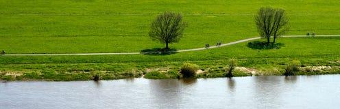 Bana vid laken eller floden Arkivbild
