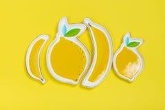 Banaan-als plaat en limon plaat op gele achtergrond royalty-vrije stock foto