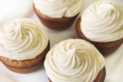 Banaan Cupcakes met Esdoorn die bovenkant berijpen stock foto