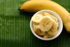 Banaan in een kop over een banaanblad stock foto