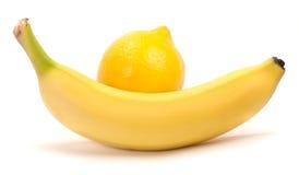 Banaan en citroen op een witte achtergrond Royalty-vrije Stock Afbeeldingen