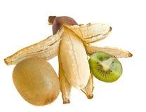 Banaan en kiwi op een wit stock foto's