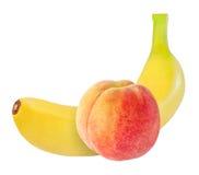 Banaan en perzikvruchten op wit met het knippen van weg worden geïsoleerd die Stock Afbeeldingen