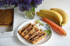Banaan en wortelmuffin stock afbeeldingen