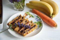 Banaan en wortelmuffin royalty-vrije stock foto