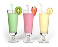 Banaan, kiwi en aardbeimilkshake en verse fruis Royalty-vrije Stock Foto's