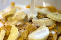 Banaan met cornflakes Stock Foto