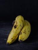 Banaan op donkere achtergrond royalty-vrije stock foto's