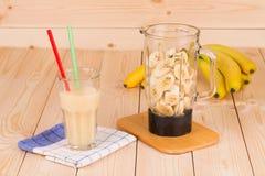 Banaan smoothie en mixer Stock Foto's