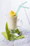 Banaan smoothie met een citroenschil die wordt verfraaid Royalty-vrije Stock Afbeeldingen