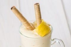 Banaan smoothie met een citroenschil die wordt verfraaid Stock Fotografie