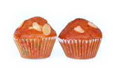 banaan twee cupcakes met amandel op wit wordt geïsoleerd dat Stock Fotografie
