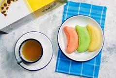 Banaan zachte die cake met thee wordt gediend stock afbeeldingen