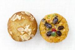 Banaanamandel en fruitmuffin op wit tafelkleed Royalty-vrije Stock Foto's