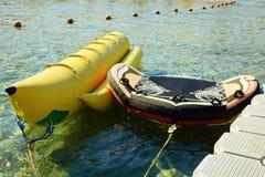 Banaanboot dichtbij de pijler De zomervakantie door het overzees stock foto's