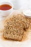 Banaanbrood en verse thee voor ontbijt, verticaal, close-up Stock Foto's