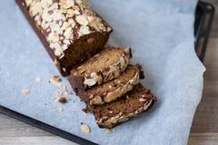 Banaanbrood met gesneden amandelen Royalty-vrije Stock Foto's