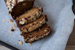 Banaanbrood met gesneden amandelen Stock Fotografie