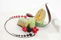 Banaancake met chocolade en barries Stock Fotografie