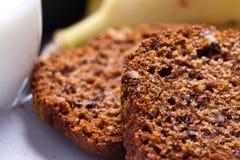 Banaancake met verse banaan en sinaasappel. naar huis gemaakte cake. royalty-vrije stock afbeeldingen