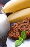 Banaancake met verse banaan en sinaasappel. naar huis gemaakte cake. Stock Foto