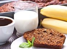 Banaancake met verse banaan en sinaasappel. naar huis gemaakte cake. royalty-vrije stock foto's